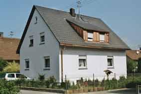 Anpassen und montieren von Dachrinnen und Ablaufrohren bei einer Dachsanierung.